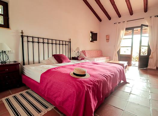 Hell und freundlich sind die Zimmer der Yoga Finca Son Mola Vell gestaltet