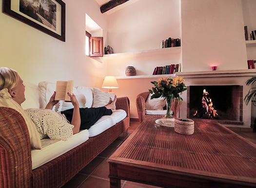 Entspannung im Yoga Urlaub Mallorca bei einem guten Buch am Kamin