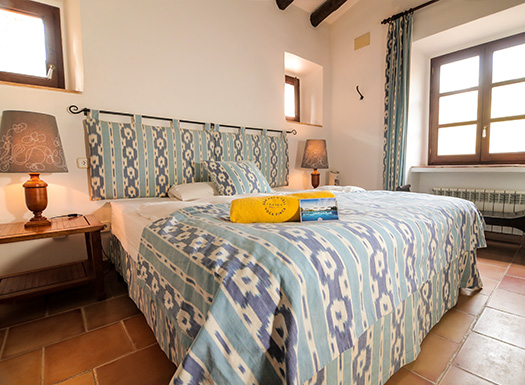 Die Zimmer der Yoga Finca Son Mola Vell sind typisch mallorquinisch eingerichtet
