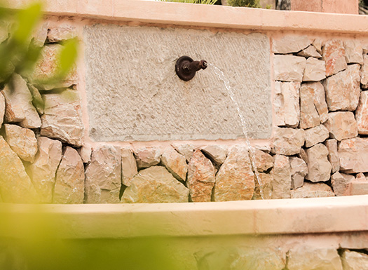 Im Yoga Urlaub zurück schalten und dem Wasser des Brunnens lauschen
