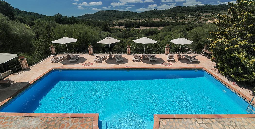 Erfrischen Sie beim Schwimmen im Pool der Finca während Ihres Yoga Urlaubs