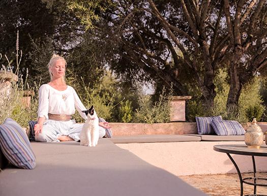 Meditation ganz entspannt im Urlaub genießen in der Yoga Finca