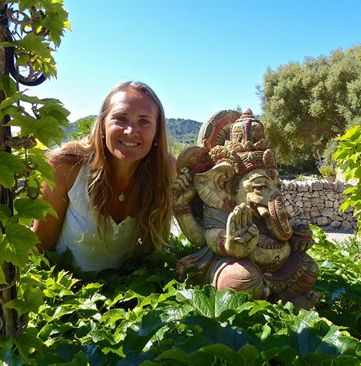 Yogalehrerin Kali Meteling auf der Yoga Finca Mallorca