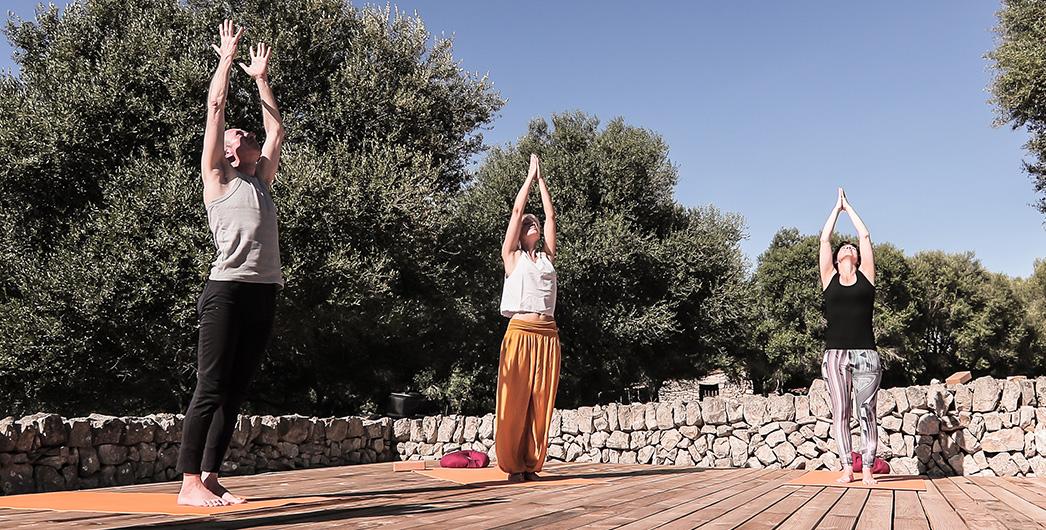 Gemeinsam wird Yoga auf der Plattform im Garten von Son Mola Vell geübt