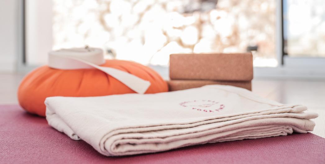 Das Yoga Zubehör der Finca Son Mola Vell wurde von Bausinger handbestickt