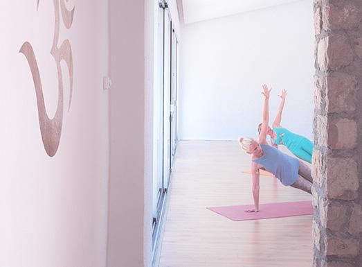 Yoga üben in der Yoga Shala der Finca Son Mola Vell