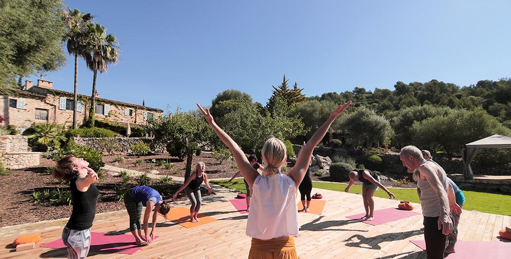 Üben Sie Yoga auf der weitläufigen Anlage der Finca Son Mola Vell